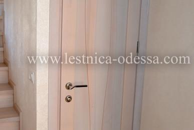Изготовление и установка лестниц, дверей, плинтусов, беседок, террас и прочего в г. Одесса. Дверь филёнчатая. Материал: ольха (массив)