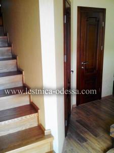 Предлагаем: изготовление и установку деревянных лестниц в г. Одесса. Лестница из ясеня. Лестница максимально удобна, выполнена по индивидуальному заказу для небольшого помещения. Основа - прочный, жесткий, железный каркас (не качается и не дрожит) обшитый деревом - ясень (массив), с тремя забежными (поворотными) ступенями вместо площадки.