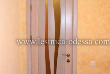 Изготовление и установка лестниц, дверей, плинтусов, беседок, террас и прочего в г. Одесса. Дверь со вставками из стекла. Материал: ольха (массив)