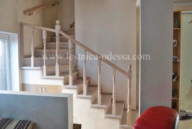 Предлагаем: изготовление и установку деревянных лестниц в г. Одесса. Лестница из дуба в молочном цвете, с забежными ступенями и балясинами формы (ребро).
