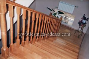 Предлагаем: изготовление и установку деревянных лестниц в г. Одесса. Лестница маршевая дубовая (массив) с полноценной площадкой. Конструкция лестницы выполнена на бетонном каркасе. Ограждения в виде точеных балясин, установленных по всем правилам техники безопасности, что позволяет не беспокоиться о безопасности ребенка. Ступени массив с комбинированным подступенком облицованным плиткой.