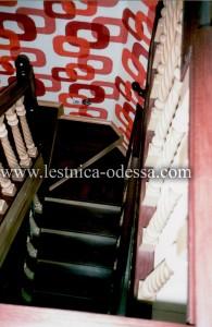 Предлагаем: изготовление и установку деревянных лестниц в г. Одесса. Лестница из натурального дерева, на прочном металлическом каркасе (из листовой стали 3 мм), на тетиве с поворотными (забежными) ступенями. Данная лестница выполнена по желанию заказчика, в двух цветах: ступени и поручень – цвет палисандр. Балясины, подступёнки, плинтуса – цвет натуральный бук. В виду нестандартно расположенного по высоте окна, поручень был индивидуально приспособлен для максимального удобства клиента.
