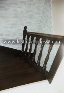 Предлагаем: изготовление и установку деревянных лестниц в г. Одесса. Компактная и максимально удобная лестница для маленьких помещений, выполнена на прочном железном каркасе (из профтрубы), что делает её практичной в обиходе (не дрожит). Обшита натуральным деревом дуб (твёрдая порода) с двумя видами ограждений: поручень с балясинами - форма бутылочка и панель обшитая деревом. Лестница подшита фанерой и выполнена в цвете венге. Свободное пространство под лестницей, по желанию и для удобства клиента, было рационально приспособлено под кладовку, которая обшита в тон лестнице, что придает гармоничность интерьеру.