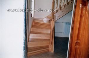 Предлагаем: изготовление и установку деревянных лестниц в г. Одесса. Удобная, светлая, практичная и компактная лестница. Материал: сосна (массив) на двух тетивах с забежными ступенями. Без подступёнка, с балясинами и шкафчиком.
