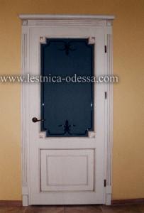 Изготовление и установка лестниц, дверей, плинтусов, беседок, террас и прочего в г. Одесса. Дверь межкомнатная светлая (со стеклом) с накладками. Материал: ольха (массив). Выполненная в белом цвете с патиной под золото. Наличник с короной. Коробка на трех петлях.