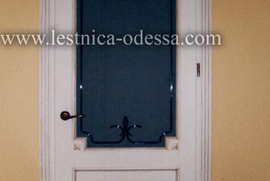Дверь межкомнатная светлая (со стеклом) с накладками