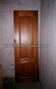 Изготовление и установка лестниц, дверей, плинтусов, беседок, террас и прочего в г. Одесса. Дверь межкомнатная филёнчатая, глухая. Материал: ольха (массив). Цвет: орех.